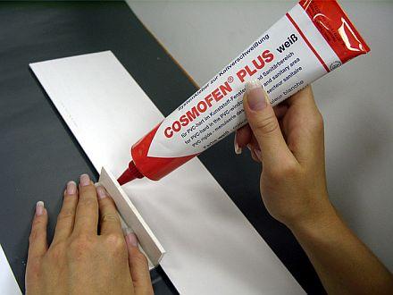 На что приклеить бумагу к пластику